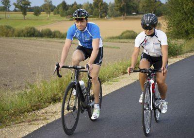 Zwei Radfahrer auf dem Radweg